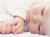 Baby slaapt op zijn kant