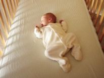 Baby slaapt op zijn rug