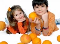Kinderen met sinaasappels