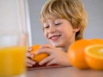 Baby met sinaasappels