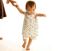 Bagaimana untuk mengajar kanak-kanak berjalan?