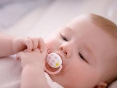 Cara memilih dummy untuk bayi baru lahir?