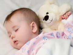 متى يبدأ الأطفال بالنوم طوال الليل دون الاستيقاظ؟
