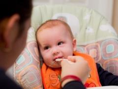 Met hoeveel maanden kunt u aardappelpuree aan een kind geven?