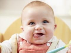 האם אני צריך מזון לתינוק ב 5 חודשים?
