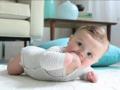 Wanneer begint een baby zijn hoofd op zichzelf te houden?