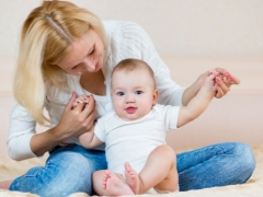 Quando um bebê começa a se sentar sozinho?