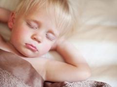 Waarom knalt een kind zijn tanden in een droom?