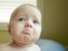 الطفل لديه الخلايا الليمفاوية مرتفعة في الدم.
