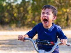 Bagaimana jika kanak-kanak memotong lidahnya ke darah?