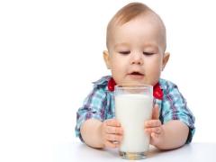Pada usia berapa susu lembu boleh diberikan kepada bayi?