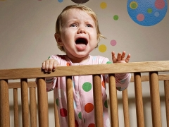 Детето спи неспокойно през нощта: съветът на психолозите