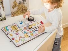 Bizibord - een onderhoudend educatief bord voor een kind