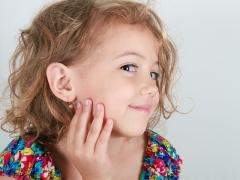Bilakah dan dalam apa cara lebih baik menembusi telinga seorang kanak-kanak?
