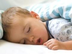 Kenapa seorang kanak-kanak berdengkur dalam mimpi dan apa yang perlu dilakukan?