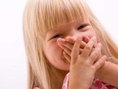 Oorzaken en behandeling van slechte adem bij een kind