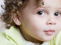 Zorg en frequente problemen bij kinderen na oorpiercing