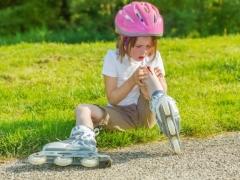 Hoe de wond van een kind behandelen na een val?