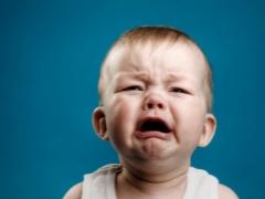 Waarom huilt een kind vaak en hoe kan het hem kalmeren?