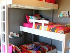 Tiga tingkat katil untuk kanak-kanak