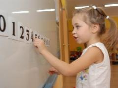 Wie lehrt man ein Kind, Beispiele mit Zahlen innerhalb von 10 zu zählen?