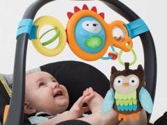 Apa mainan dan kerincingan pada kereta dorong untuk dipilih?