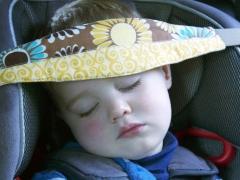 Morsetto per la testa di un bambino in un seggiolino auto: cosa è necessario e come farlo?