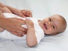 Hoe masseer je een baby gedurende 6-8 maanden?