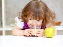 คุณให้น้ำแอปเปิ้ลแก่เด็กเมื่ออายุเท่าไหร่และทำอย่างไรให้ถูกต้อง?