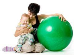 Ejercicio sobre fitball para bebés.