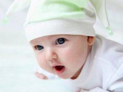 متى يبدأ الطفل في الحفاظ على رأسه بمفرده؟