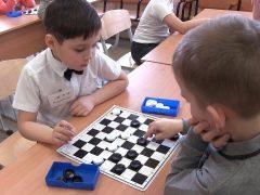 หมากฮอส: กฎของเกมสำหรับเด็กผู้เริ่มต้นและเคล็ดลับในการสอนผู้ใหญ่
