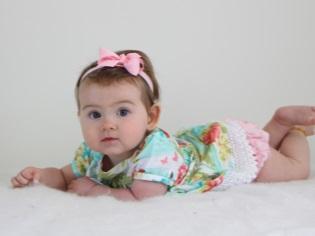 Момиче на 8 месеца