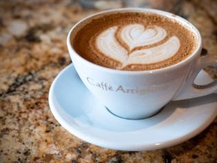 กาแฟคาปูชิโน่พร้อมโฟมและลายหัวใจ