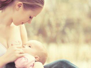 Moeder voedt de baby met moedermelk