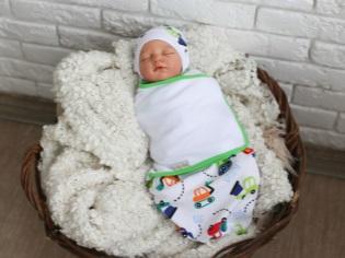 Bozzolo di pannolini sui fogli per neonati