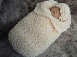 Bozzolo di pannolino lavorato a maglia per i neonati