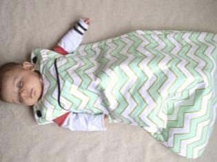 Slaapzak dichtgeknoopt voor pasgeborenen met hun eigen handen