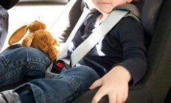 Copil de doi ani închis într-o noapte rece în mașină