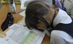 Pe frunte se scrie: elevii uzbeci au fost pedepsiți cu două pe frunte