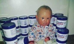 Niciodata nu v-ati visat: in SUA, mama lasa copilul intr-un bleu si o sterge cu o hartie de emerit datorita bolii sale rare