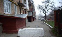 Partea de vară de la jumătatea timpului: copiii din Odessa au blocat curtea și au început să ia o taxă de la șoferi