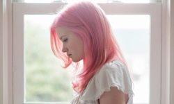 Copii non-standard: în Perm, fata a fost suspendată din clase pentru culoarea părului roz