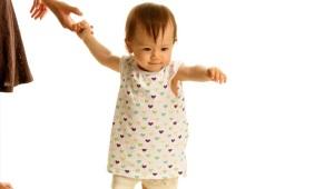 Wie bringt man einem Kind das Gehen bei?