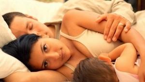 Adakah saya perlu bangunkan bayi untuk makan pada waktu malam?