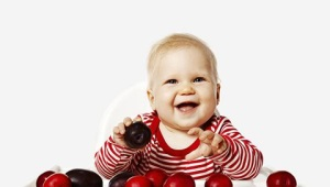Op welke leeftijd kun je kinderen pruimen geven en wat te doen als een kind een bot opslokt?