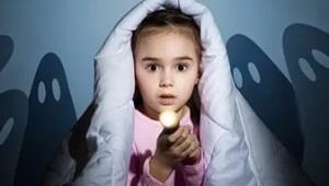 Waarom is het kind bang in het donker en wat te doen? Tips voor psychologie