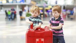 De EHBO-kit voor het kind in een reis naar de zee