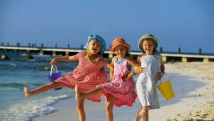 Rehat dengan kanak-kanak di laut di Rusia