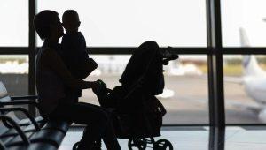 Bagaimana untuk mengambil dan membawa kereta bayi untuk kapal terbang?
